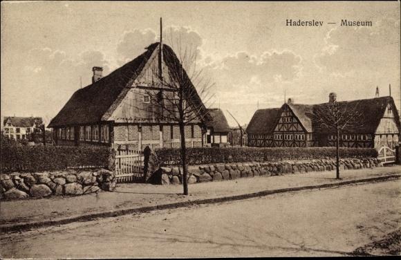 Ak Haderslev Hadersleben Dänemark, Straßenpartie mit Blick auf das Museum, Fachwerkhäuser