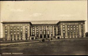 Ak Katowice Kattowitz Schlesien, Województwo, Straßenpartie mit Blick auf ein Regierungsgebäude