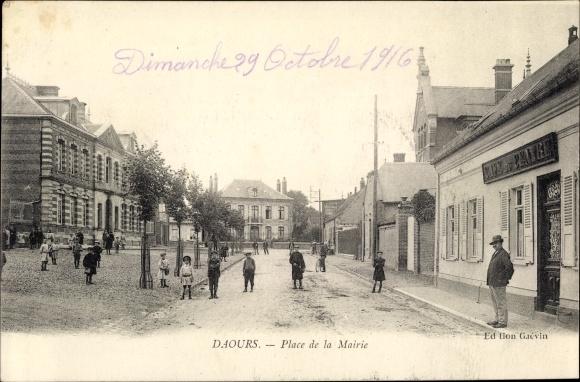 Ak Daours Somme, Place de la Mairie, Café du Centre