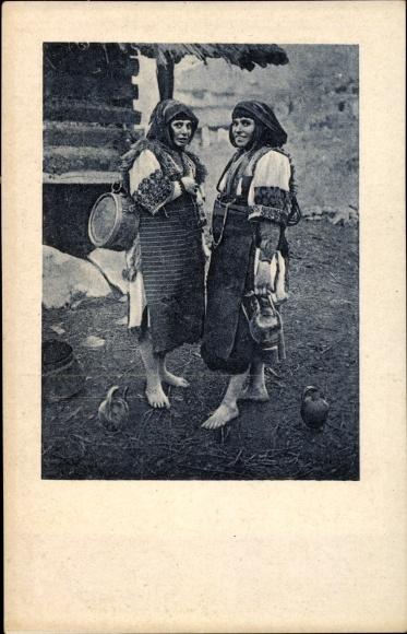 Ak Skopje Mazedonien, Zwei Mazedonierinnen in Trachten, barfuß