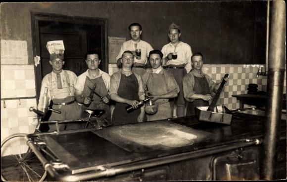 Foto Ak Frankreich, Köche und Metzger, Kochstelle, Fleischermesser, Schürzen, Fahrrad