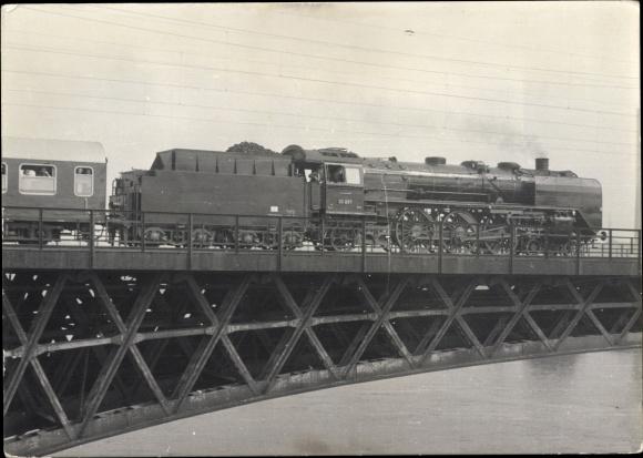 Foto Ak Dresden Neustadt, Dampflokomotive 03 001 auf der Marienbrücke, Lokführer, Waggon