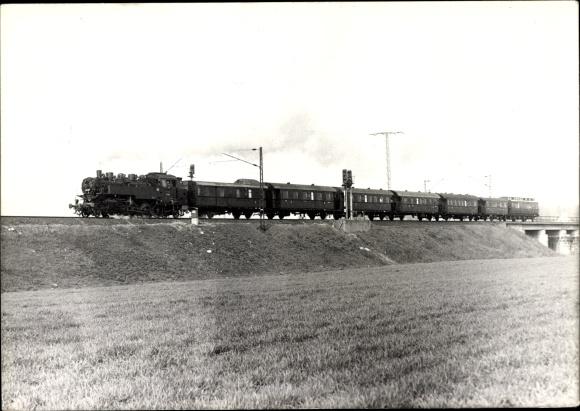 Foto Ak Deutsche Eisenbahn, Dampflokomotive mit Waggons auf der Strecke bei Dresden, 1989