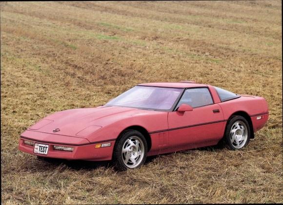 Ak Chevrolet Corvette ZR 1, Roter Sportwagen auf einem Feld, Auto Week Test