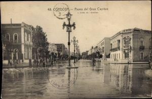 Ak Cordoba Andalusien Spanien, Paseo del Gran Capitan, überschwemmte Straßenpartie, Passanten