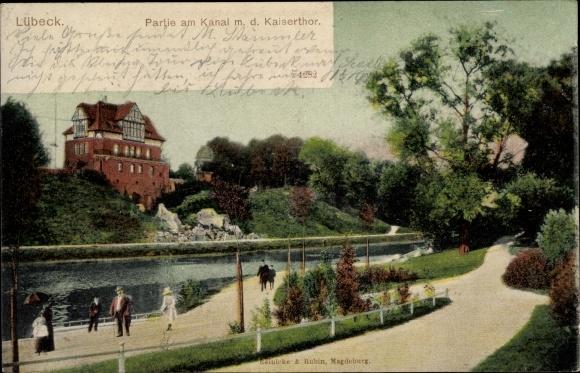 Ak Lübeck in Schleswig Holstein, Partie am Kanal mit dem Kaisertor