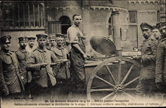 Ak Douai Nord, Soldats allemands attendant la distribution de la soupe, Feldküche, Deutsche Soldaten