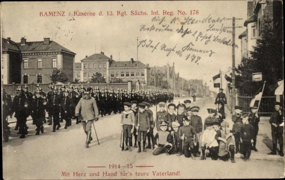 Ak Kamenz in Sachsen, Kaserne d. 13. Kgl. Sächs. Inf. Reg. No. 178, Soldaten, Kinder in Uniform