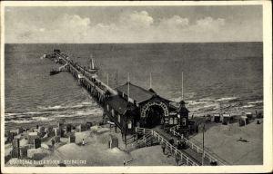 Ak Seebad Binz auf Rügen, Seebrücke mit Blick hinaus aufs Meer, Strand