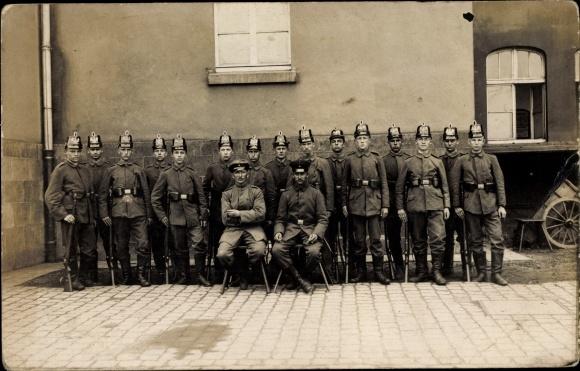 Foto Ak Gruppenbild, Soldaten in Uniform mit Gewehren, Tschako, Schützen, Jäger