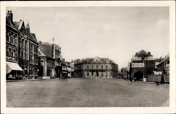 Ak Caudry Nord, La Place et la Mairie, Blick auf einen Platz mit Rathaus