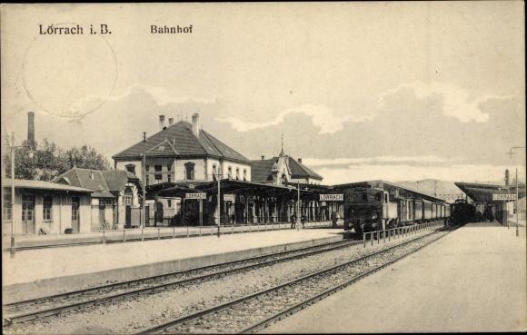 Ak Lörrach in Baden Württemberg, Bahnhof von der Gleisseite, Eisenbahn, Bahnsteig