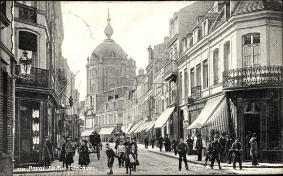 Ak Douai Nord, La Rue St. Jacques, Straßenpartie mit Blick zur Kirche, Geschäfte, Kinder