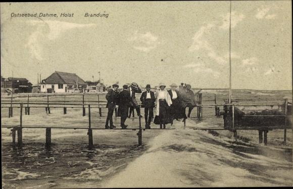 Ak Dahme in Holstein, Brandung an der Ostsee, Spaziergänger auf Stegen über dem Wasser