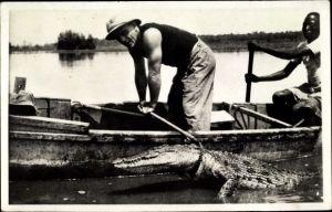 Ak Guinea, Capture d'un caiman au lasso, Kaimane, Alligator, Krokodil, Jäger, Boot