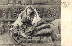 Ak Turkish lady smoking the nargile, Türkin in traditioneller Kleidung, Schischa, Wasserpfeife