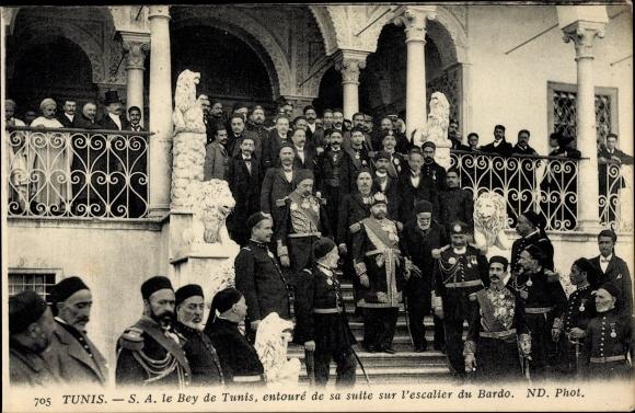 Ak Tunis, Le Bey de Tunis, entouré de sa suite sur l'escalier du Bardo, Naceur Bey, ND. Phot. 705