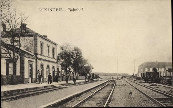 Ak Réchicourt le Château Rixingen Moselle, Bahnhof von der Gleisseite, Schaffner