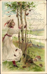 Ak Glückwunsch Pfingsten, Junge Frau schüttelt an einer Birke, Maikäfer