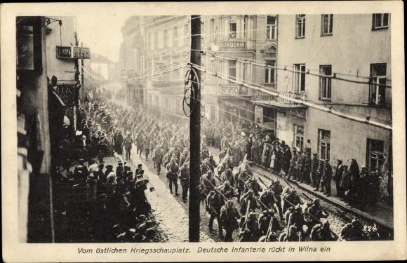 Ak Vilnius Wilna Litauen, Deutsche Infanterie rückt in die Stadt ein, Marsch durch die Straße, I. WK