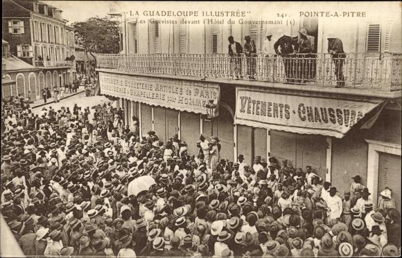 Ak Pointe à Pitre Guadeloupe, Les Grévistes devant l'Hôtel du Gouvernement