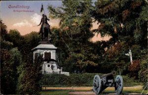 Ak Quedlinburg im Harz, Partie am Kriegerdenkmal, Kanone