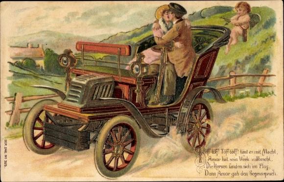 Präge Ak Liebespaar bei einer Spazierfahrt im Auto