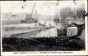 Ak Paris, Inondations 1910, Barrage de secours, Quai Malaquais, Hochwasser und Absperrungen