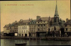 Ak Honfleur Calvados, Le Quai St. Etienne, Geschäftshäuser am Ufer, Kirche, Cafes