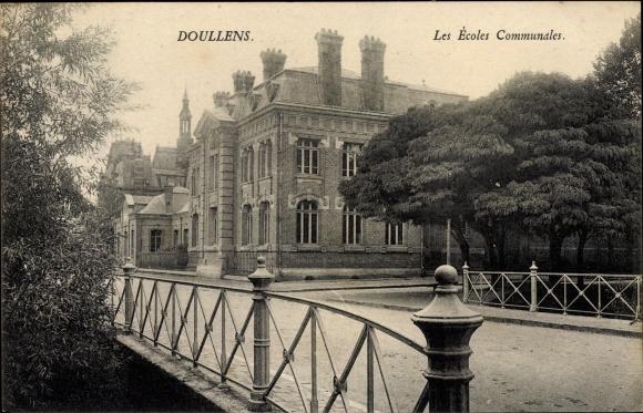 Ak Doullens Somme, Les Écoles Communales, Straßenpartie mit Blick auf die Schule