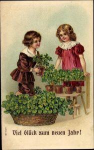 Prägen Litho Glückwunsch Neujahr, Junge und Mädchen mit Kleeblättern in Blumentöpfen