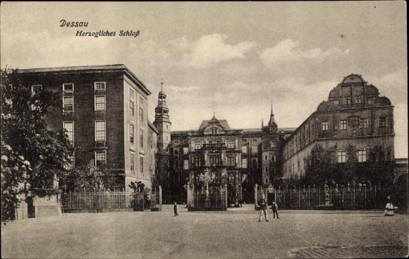 Ak Dessau in Sachsen Anhalt, Blick auf das herzogliche Schloss, Passanten