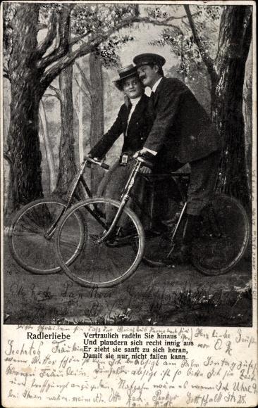 Ak Radlerliebe, Liebespaar bei einer Spazierfahrt auf Fahrrädern