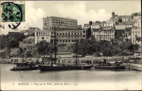 Ak Bougie Bejaia Algerien, Vue sur la Ville, prise du Port, Hafen und Stadtpartie, Segelschiff