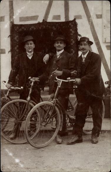 Foto Ak Gruppenfoto, Männer mit Fahrrädern, Zigarren rauchend