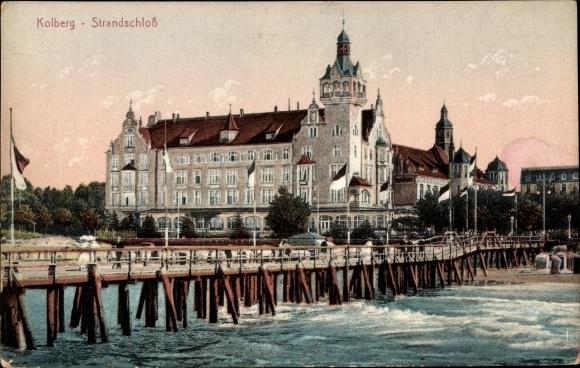 Ak Kołobrzeg Kolberg Pommern, Blick auf das Strandschloss, Steg, Strandpartie, Stengel 24128