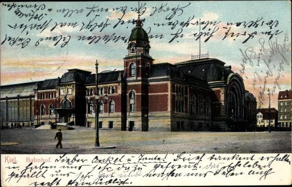 Ak Kiel in Schleswig Holstein, Blick auf den Bahnhof, Passant