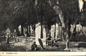 Ak Türkei, Blick auf einen Friedhof, Besucher, Grabsteine