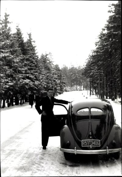 Ak VW Käfer, Volkswagen, Fahrer, Kennzeichen R51-3406, Winter