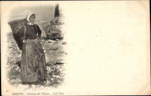 Ak Dieppe Seine Maritime, Porteuse de Poisson, Frau mit Rückentrage, Fischträgerin