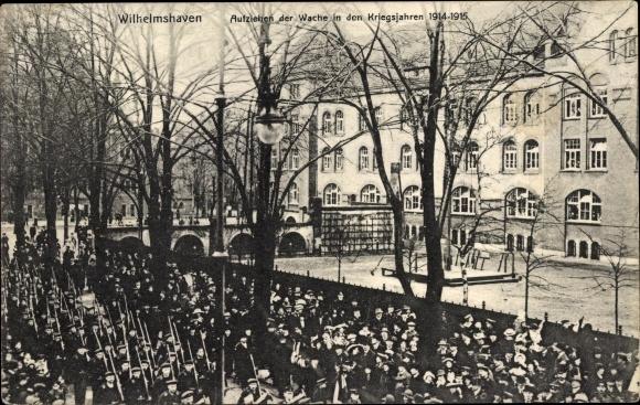 Ak Wilhelmshaven in Niedersachsen, Aufziehen der Wache in den Kriegsjahren 1914 - 1915