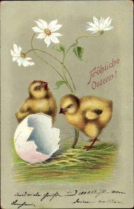 Präge Litho Glückwunsch Ostern, Zwei Küken neben einer Eierschale, Blume
