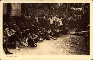 Ak Lambaréné Gabun, Gruppe von Anwohnern, Dorfansicht