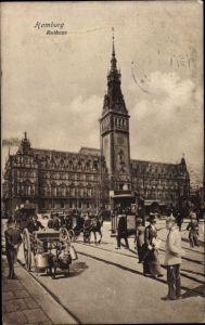 Ak Hamburg Mitte Altstadt, Straßenpartie mit Blick auf das Rathaus, Straßenbahn, Kutschen
