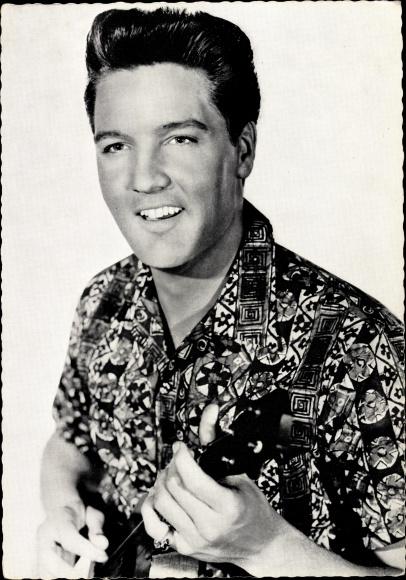 Ak Schauspieler und Sänger Elvis Presley, Portrait mit Gitarre 0