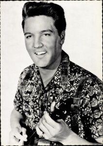 Ak Schauspieler und Sänger Elvis Presley, Portrait mit Gitarre