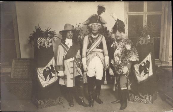 Foto Ak Drei Männer in historischer Kleidung, Schauspieler?, Fahnen 0