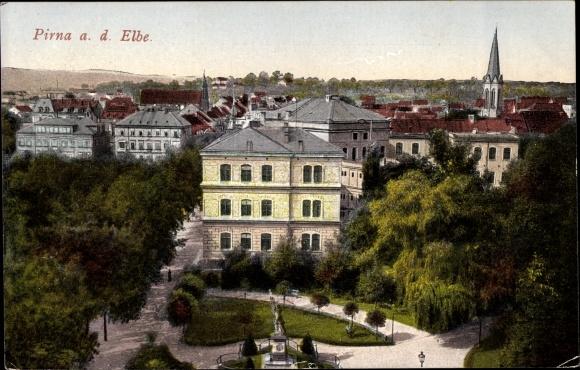 Ak Pirna in Sachsen, Blick auf die Stadt, Platz mit Denkmal 0