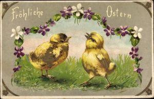 Präge Litho Glückwunsch Ostern, Zwei Küken auf einer Wiese, Blumengirlande