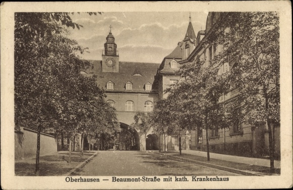 Ak Oberhausen im Ruhrgebiet, Blick in die Beaumont Straße mit katholischem Krankenhaus 0